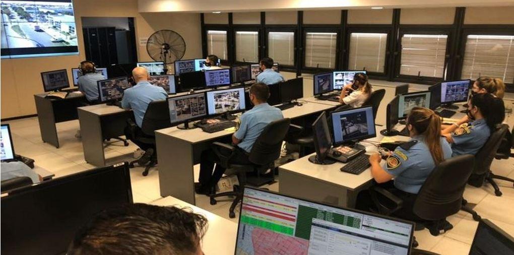 Policías siendo capacitados en el centro de Videovigilancia de Córdoba
