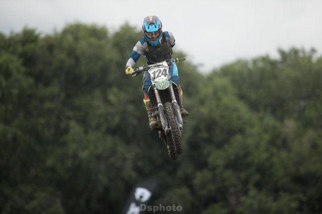 Wey Zapata haciendo motocross luego de perder un brazo en un accidente previo