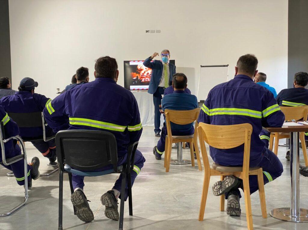 Horacio dictando el taller y los participantes observando atentamente