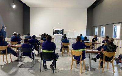 Los participantes del taller observando el video preparado en la presentación